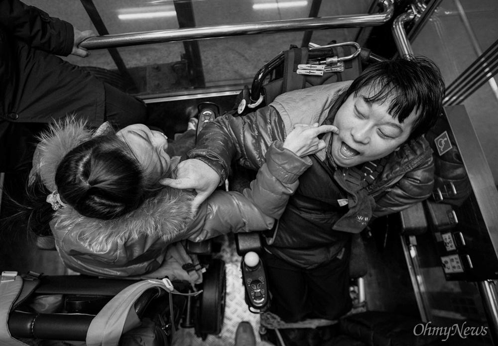 지하철 승강기 안, 누가 먼저라고 할 것 없이 서로를 마주하던 두 사람. 볼을 콕콕 찌르며 애정행각을 벌였다. 꿀이 떨어지는 순간이 목격 되었다.