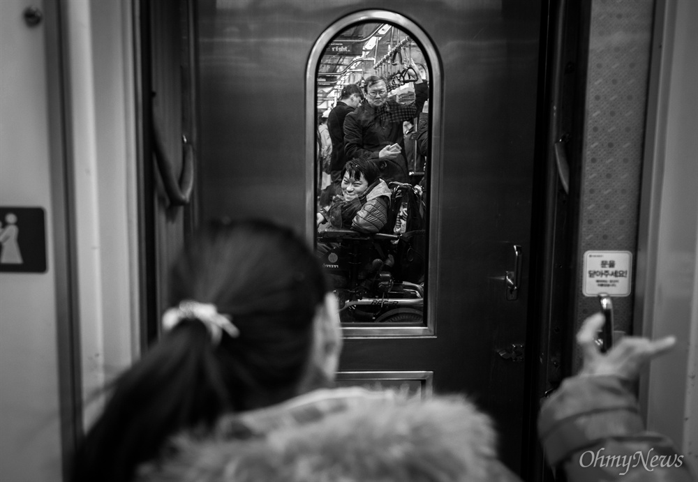 영은씨와 상은씨의 주 이동 수단은 지하철이다. 전동 휠체어를 사용하는 두 사람이 열차 두 칸에 나누어 탔다. 두 열차 사이의 작은 창가로 눈이 마주치자 영은씨는 손을 흔들었다. 사우씨는 그에 미소로 화답했다.
