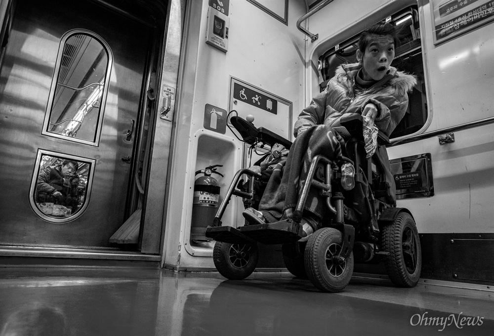 성은씨와 상우씨는 지하철을 타면 주로 떨어져 탑승한다. 전동 휠체어 부피가 커 함께 타는일은 여간 쉬운일이 아니다. 짧지 않은 이동시간은 '강제 이별'로 각자의 시간을 보낸다.