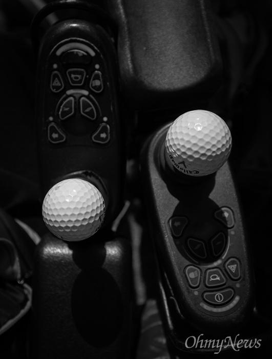 성은씨와 상우씨의 '커플템' 두 사람의 전동 휠체어 조종기에 똑같은 골프공으로 커플 아이템을 달았다. 누가봐도 커플이다.