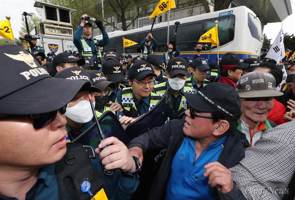 청와대 앞 폴리스라인 다가 선 한국당 집회 참가자 자유한국당은 20일 오후 서울 광화문 세종문화회관 앞에서 당원과 지지자 1만여명이 참석한 가운데 문재인 정권의 인사 실패와 국정 운영을 규탄하는 장외집회를 열었다. '문재인 STOP, 국민이 심판합니다'라는 이름을 붙인 이번 집회에는 전국 253개 당협이 총동원됐다. 집회 후 청와대 인근인 효자동 주민센터까지 가두행진을 벌인 일부 참가자들이 폴리스라인을 치고 대기중이던 경찰에 거칠게 항의하고 있다.