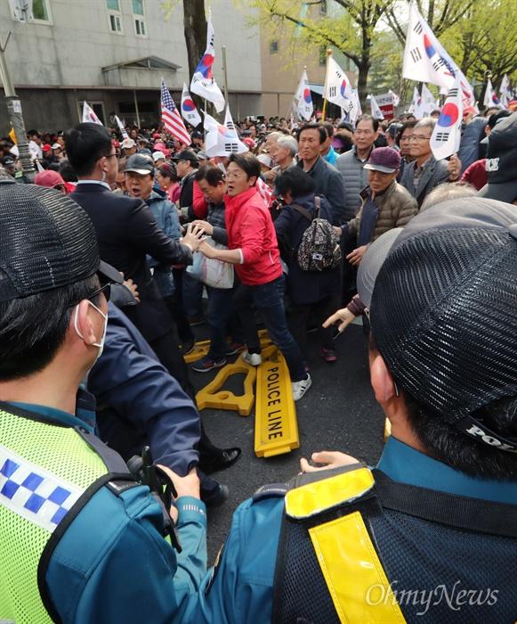 청와대 앞 폴리스라인 무너뜨리는 한국당 집회 참가자 자유한국당은 20일 오후 서울 광화문 세종문화회관 앞에서 당원과 지지자 1만여명이 참석한 가운데 문재인 정권의 인사 실패와 국정 운영을 규탄하는 장외집회를 열었다. '문재인 STOP, 국민이 심판합니다'라는 이름을 붙인 이번 집회에는 전국 253개 당협이 총동원됐다. 집회 후 청와대 인근인 효자동 주민센터까지 가두행진을 벌인 일부 참가자들이 폴리스라인을 치고 대기중이던 경찰에 거칠게 항의하며 선을 넘고 있다.