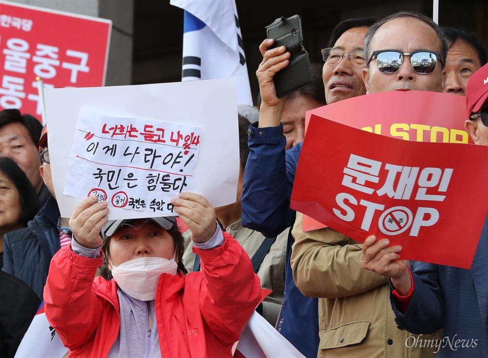 '국민은 속았다' 손수 만든 피켓 자유한국당은 20일 오후 서울 광화문 세종문화회관 앞에서 당원과 지지자 1만여명이 참석한 가운데 문재인 정권의 인사 실패와 국정 운영을 규탄하는 장외집회를 열었다. '문재인 STOP, 국민이 심판합니다'라는 이름을 붙인 이번 집회에는 전국 253개 당협이 총동원됐다.