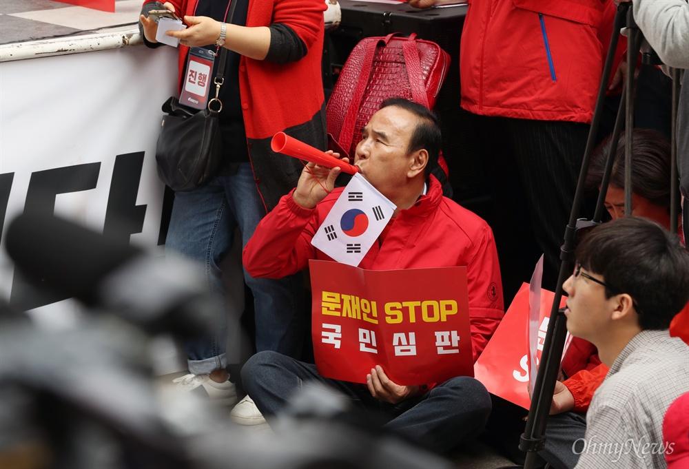 부부젤라 부는 박덕흠 의원 자유한국당은 20일 오후 서울 광화문 세종문화회관 앞에서 당원과 지지자 1만여명이 참석한 가운데 문재인 정권의 인사 실패와 국정 운영을 규탄하는 장외집회를 열었다. 집회 연단 아래 자리를 잡고 앉은 박덕흠 의원이 황교안 대표와 나경원 원내대표가 규탄사를 하는 동안 부부젤라를 불고 있다.