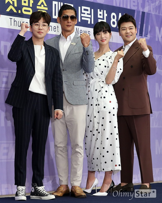 'TMI NEWS' 아이돌 뉴스 책임질게요! 25일 오전 서울 상암동의 한 호텔에서 열린 Mnet < TMI NEWS > 제작발표회에서 딘딘, 박준형, 윤보미, 전현무가 포토타임을 갖고 있다. < TMI NEWS(Thursday Mnet Idol) >는 대한민국 대표 아이돌들의 최근 소식부터 어디서도 공개된 적 없는 정보들을 뉴스와 토크쇼 형식으로 전하는 신규 예능 프로그램이다. 25일 목요일 오후 8시 첫 방송.