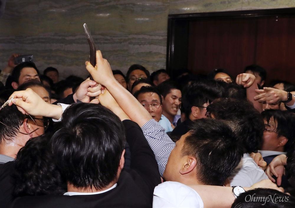 쇠지렛대 등장에 충돌한 한국당 vs 민주당 국회 경위들이 26일 새벽 경호권이 발동된 국회 본관 의안과 앞에 쇠지렛대(일명 빠루)를 들고 이동하자, 반입을 막으려는 자유한국당 당직자들과 이를 막으려는 더불어민주당 당직자 사이에 몸싸움이 벌어지고 있다.