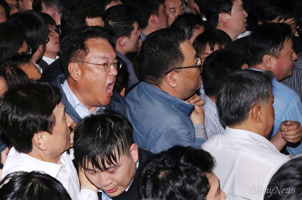 몸싸움 벌이는 정진석 의원 자유한국당 정진석 의원이 26일 새벽 경호권이 발동된 국회 본관 의안과 앞에서 여야4당의 패스트트랙 지정 법안 접수를 막기 위해 보좌진 및 당직자들과 함께 몸싸움을 벌이고 있다.