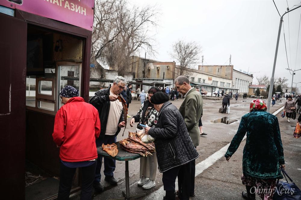 카자흐스탄 기차역 풍경. 기차역 플랫폼에서 음식과 물 등을 구입할 수 있다.