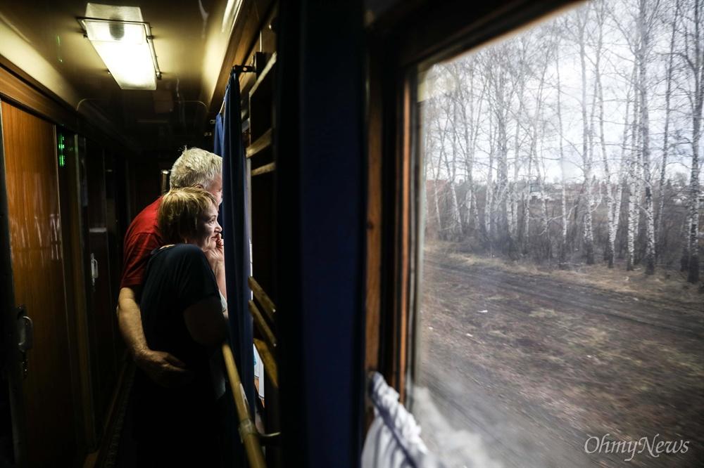 기차 여행을 하고 있는 부부의 모습.