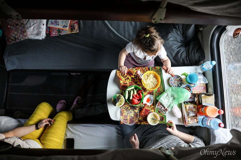 기차 안에서의 식사 시간.