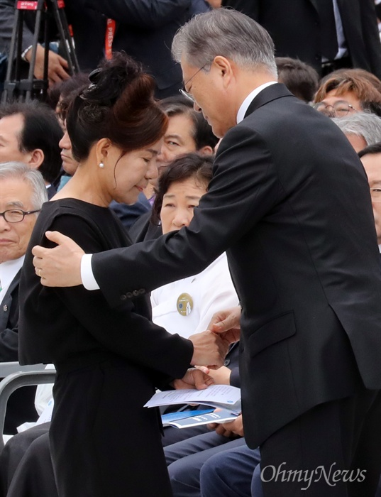 5·18 당시 가두방송 담당했던 박영순 씨 위로하는 문재인 대통령 문재인 대통령이 18일 오전 광주 북구 국립5·18민주묘지에서 열린 제39주년 5·18민주화운동 기념식에서 당시 가두방송을 담당했던 박영순 씨의 손을 잡고 위로하고 있다.