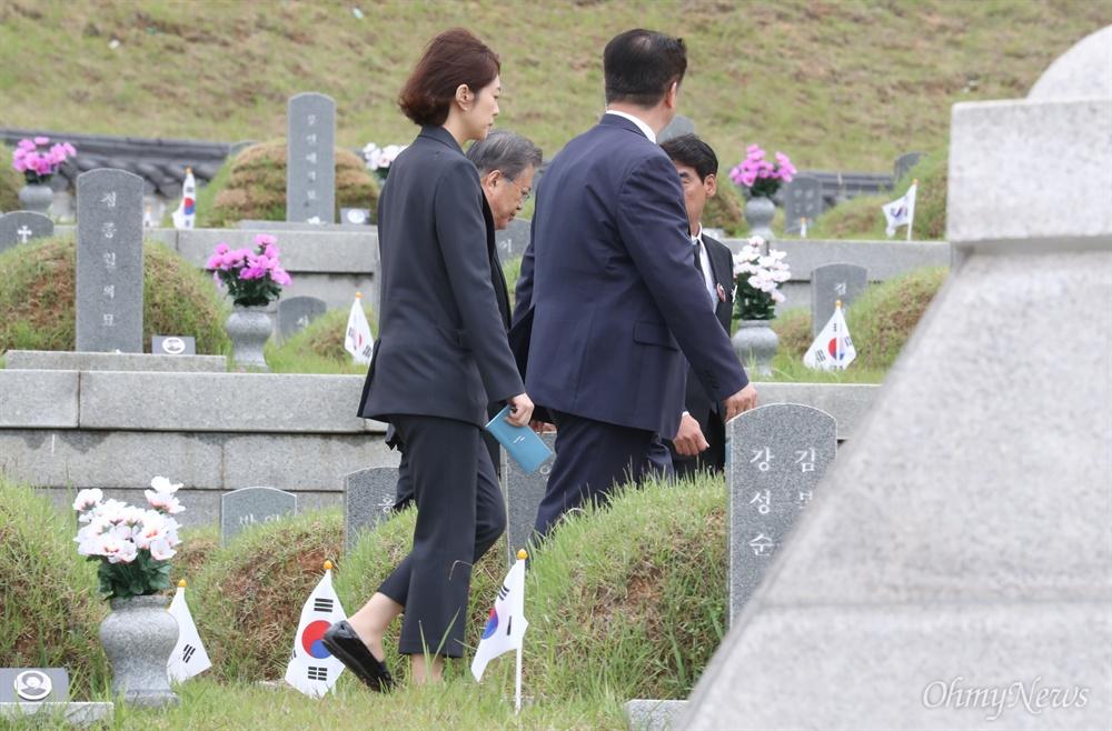5.18 희생자 묘역 찾은 문 대통령 문재인 대통령이 18일 오전 광주 북구 국립5·18민주묘지에서 열린 제39주년 5·18민주화운동 기념식에 참석한 후 희생자 묘역을 둘러보고 있다.