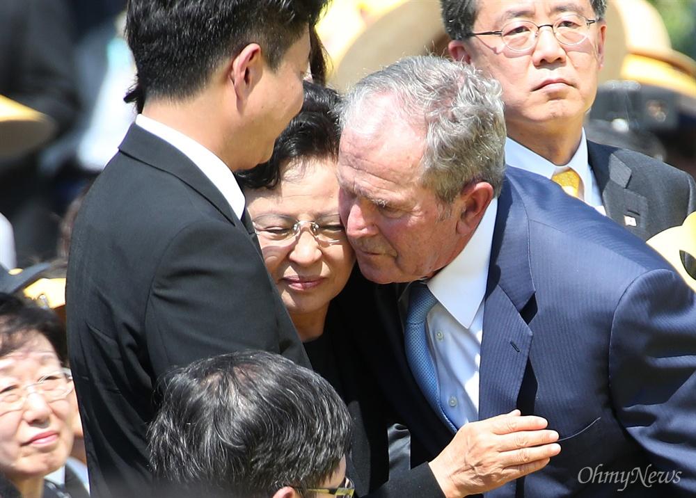 권양숙 여사 위로하는 부시 조지 부시 전 미국 대통령이 23일 오후 경남 김해시 진영읍 봉하마을에서 엄수된 '고 노무현 대통령 10주기 추도식'에서 추도사를 마친 뒤 권양숙 여사를 포옹하며 위로하고 있다.