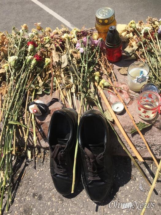다뉴브 강에 놓여진 신발 11일(현지시각) 헝가리 부다페스트에서 유람선 허블레아니 호가 침몰 14일만에 인양된 가운데 다뉴브 강가에 추모하는 신발이 놓여져 있다.