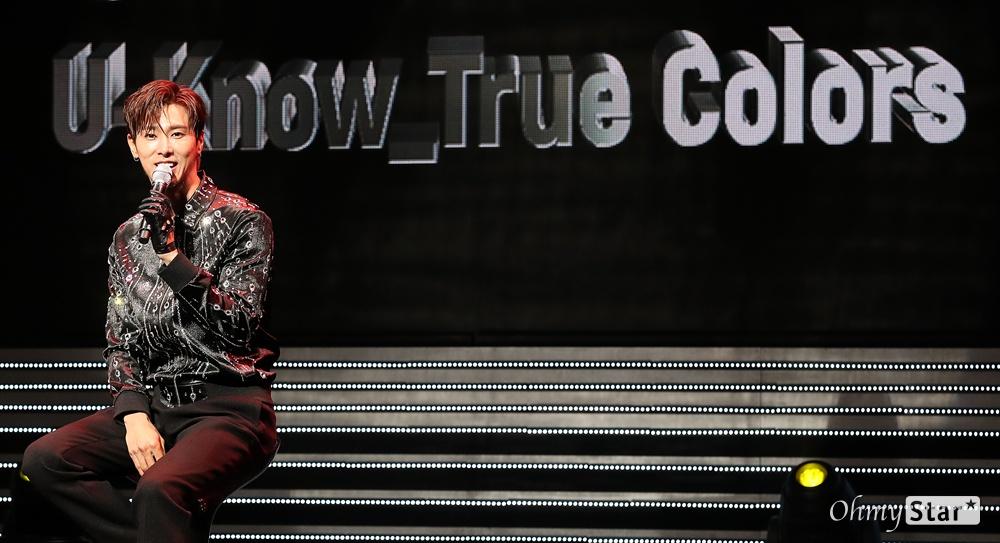 유노윤호, 치명적인 극강 포스 동방신기의 유노윤호가 12일 오후 서울 광진구의 한 공연장에서 열린 첫 솔로 앨범 < True Colors(트루 컬러스) > 쇼케이스에서 앨범을 소개하고 있다. 치명적인 매력으로 상대방을 사로잡겠다는 내용을 담은 타이틀곡 'Follow'가 수록되어 있는 유노윤호의 첫 솔로 앨범에는 히트메이커 유영진과 프로듀서 Thomas Troelsen(토마스 트롤슨), 영국 최정상 프로듀싱팀 LDN Noise(런던노이즈), 유명 작곡가 Andrew Choi(앤드류 최), 인기 작사가 황유빈, 이스란 등 국내외 뮤지션들과 가수 보아, 래퍼 기리보이가 피처링으로 참여했다.