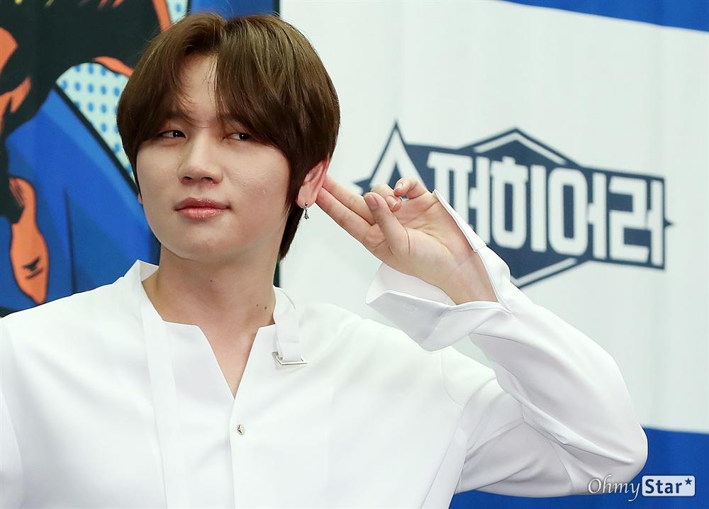 '슈퍼히어러' 케이윌, 슈퍼음감 싱어! 가수 케이윌이 14일 오전 서울 상암동의 한 호텔에서 열린 tvN <슈퍼히어러> 제작발표회에서 포토타임을 갖고 있다.  <슈퍼히어러>는 톱클래스 뮤지션들이 히어러(Hearer)로 출연, 비주얼은 보지 못한 채 오로지 싱어들의 노래만을 듣고 5인의 싱어들 중 주제에 맞는 진짜 싱어를 찾아내는 '귀피셜(자신의 귀를 근거로 한 주장)' 음악 추리 예능이다. 16일 일요일 오후 10시 40분 첫 방송.