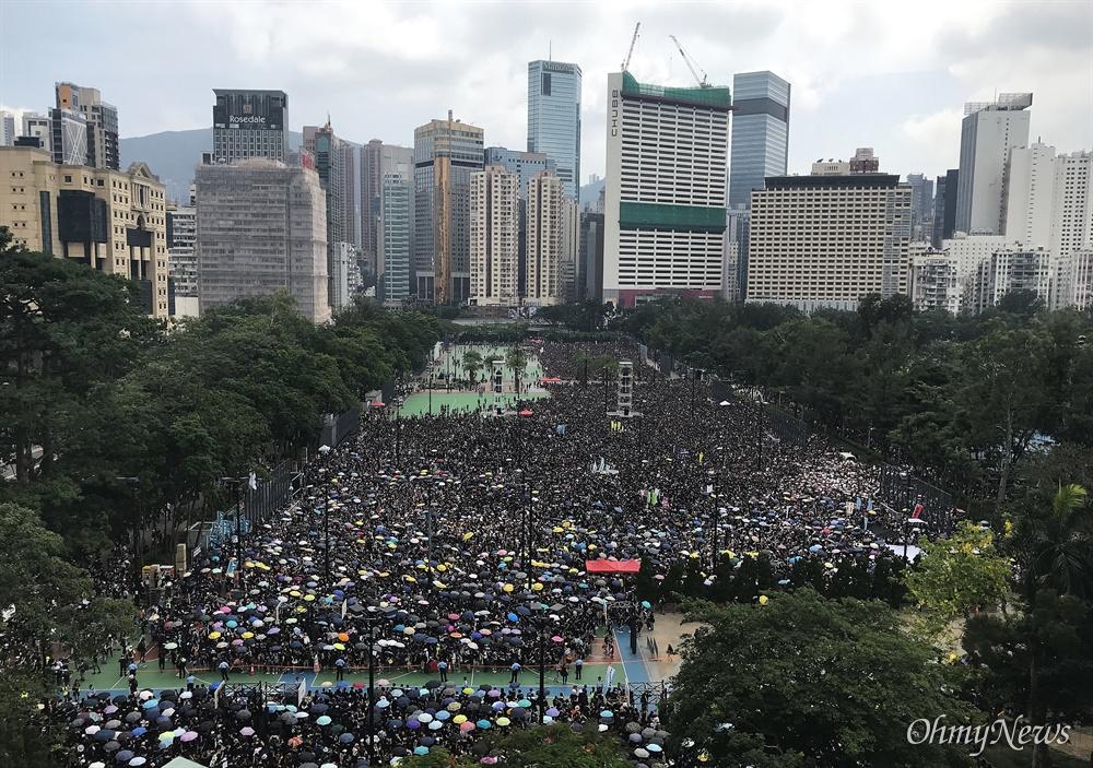 '송환법 철폐' 홍콩시민 검은 대행진 16일 오후 빅토리아 파크에 홍콩 시민들이 검은 옷을 입고 '송환법 철폐' 요구하며 집결하고 있다. 이날 주최측은 200만명이 참여했다고 주장했다.