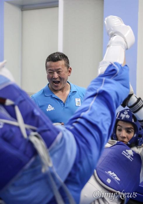 우크라이나 태권도 선수들을 지도하고 있는 알렉 남 관장.