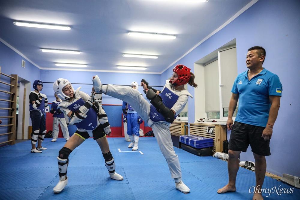 우크라이나 태권도 선수들의 연습 장면을 지켜보는 알렉 남 관장.