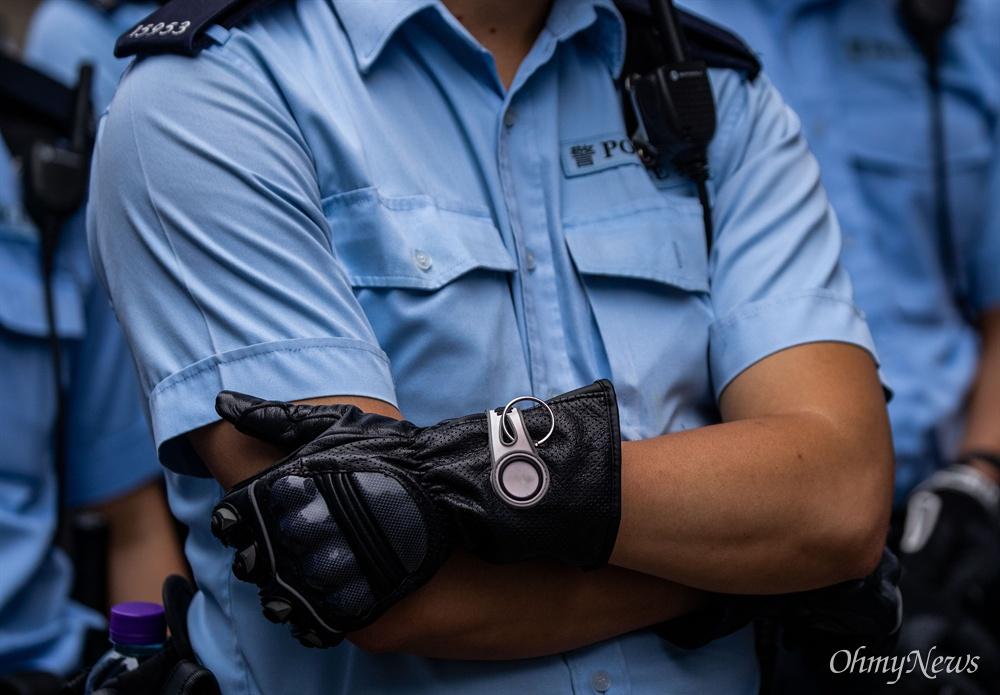 17일 오전 범죄인 인도법(일명 송환법) 폐지를 촉구하는 '검은 행진'에 참가한 홍콩 시민들에게 경찰들이 도로점거 철수를 요구하며 대치하고 있다.
