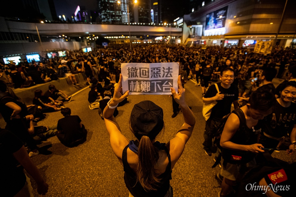 범죄인 인도법 폐지를 촉구하는 반중국 집회 '검은 행진'이 16일 오후 홍콩 각지에서 출발해 중앙정부를 향해 행진하고 있다.