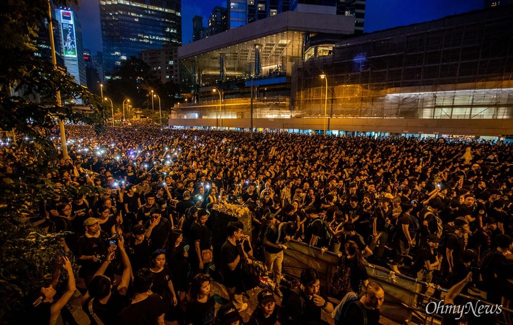 200만 '검은 행진' 16일 오후 범죄인 인도법(일명 송환법) 폐지를 촉구하는 '검은 행진'에 참가한 홍콩 시민들이 중앙정부 청사를 향해 행진을 하고 있다.