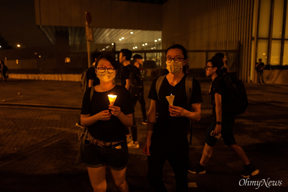 17일 오전 범죄인 인도법(일명 송환법) 폐지를 촉구하는 '검은 행진'에 참가한 홍콩 시민들이 행진을 마치고 중앙정부청사 주변에 촛불을 밝히고 있다.