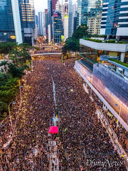 16일 오후 범죄인 인도법(일명 송환법) 폐지를 촉구하는 '검은 행진'에 참가한 홍콩 시민들이 중앙정부 청사를 향해 행진하며 애드미럴티역 인근을 지나고 있다. 이날 주최측 추한 참가자는 200만명이다.