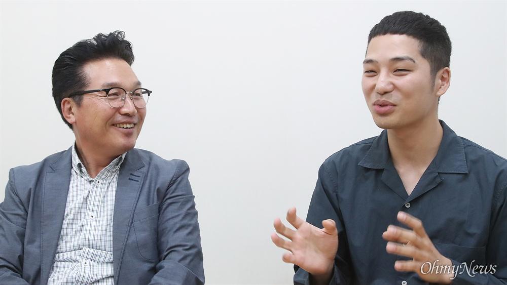 다큐멘터리 영화 <에움길>을 연출한 이승현 감독(오른쪽)과 안신권 나눔의 집 소장이 19일 <오마이뉴스>와 만나 영화에 대해 이야기를 나눴다.