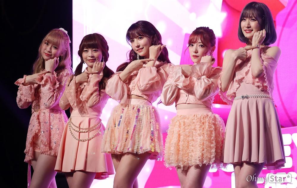 '허니팝콘' 열심히 하겠습니다! KE48 출신 AV배우 미카미 유아를 포함한 5인조 일본인 걸그룹 허니팝콘(유아, 모코, 나코, 루카, 사라)이 5일 오후 서울 상암동의 한 공연장에서 열린 두 번째 앨범 < 디에세오스타(De-aeseohsta) > 발매 기념 쇼케이스에서 포토타임을 갖고 있다. 새 앨범'디에세오스타(De-aeseohsta)'는 꿈과 희망을 그리는 허니팝콘의 주문으로, 지나간 시간은 잊고 지금의 나를 위해 용기를 갖고 사랑하자는 뜻을 담고 있다.