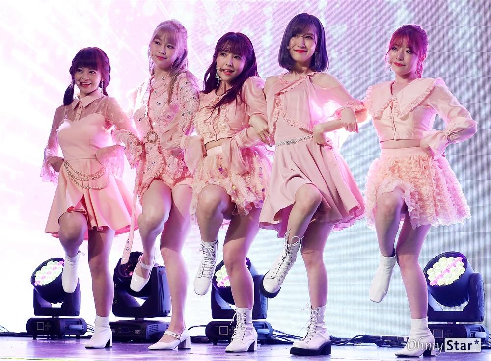 '허니팝콘' K-POP사랑하는 일본 소녀들 KE48 출신 AV배우 미카미 유아를 포함한 5인조 일본인 걸그룹 허니팝콘(유아, 모코, 나코, 루카, 사라)이 5일 오후 서울 상암동의 한 공연장에서 열린 두 번째 앨범 < 디에세오스타(De-aeseohsta) > 발매 기념 쇼케이스에서 타이틀곡 '디에세오스타'를 선보이고 있다. 새 앨범'디에세오스타(De-aeseohsta)'는 꿈과 희망을 그리는 허니팝콘의 주문으로, 지나간 시간은 잊고 지금의 나를 위해 용기를 갖고 사랑하자는 뜻을 담고 있다.