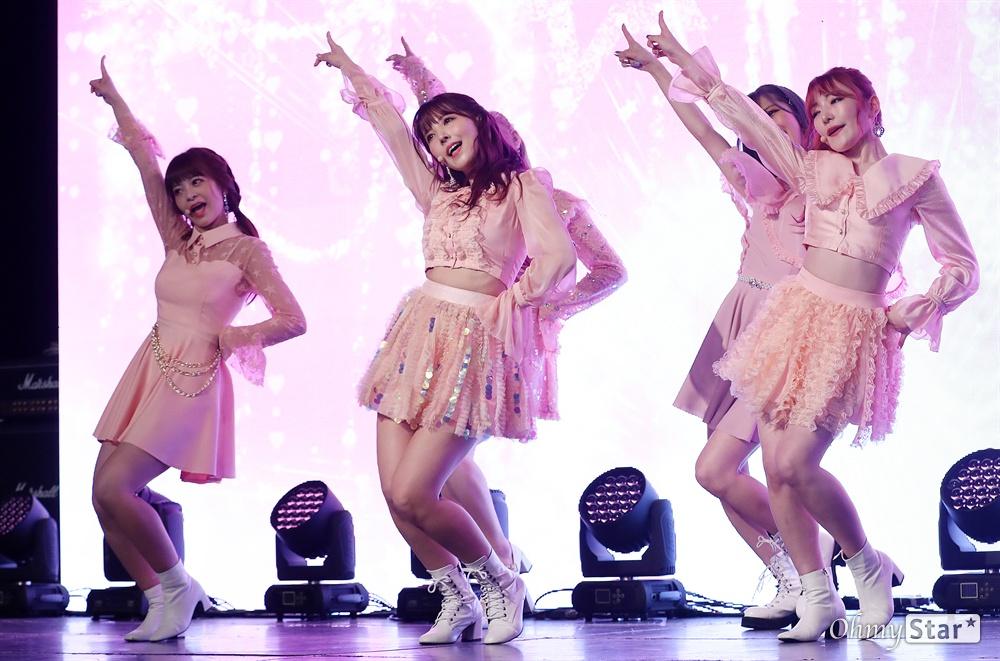 '허니팝콘' 한국에서 사랑받고 싶어요! KE48 출신 AV배우 미카미 유아를 포함한 5인조 일본인 걸그룹 허니팝콘(유아, 모코, 나코, 루카, 사라)이 5일 오후 서울 상암동의 한 공연장에서 열린 두 번째 앨범 < 디에세오스타(De-aeseohsta) > 발매 기념 쇼케이스에서 타이틀곡 '디에세오스타'를 선보이고 있다. 새 앨범'디에세오스타(De-aeseohsta)'는 꿈과 희망을 그리는 허니팝콘의 주문으로, 지나간 시간은 잊고 지금의 나를 위해 용기를 갖고 사랑하자는 뜻을 담고 있다.