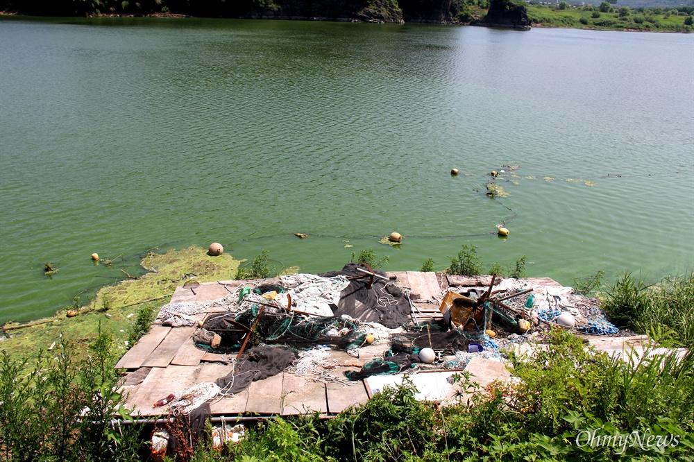 7월 6일 낙동강 합천창녕보 상류에 있는 경북 달성 도동서원 앞 쪽 녹조(쓰레기 폐기물이 많다).
