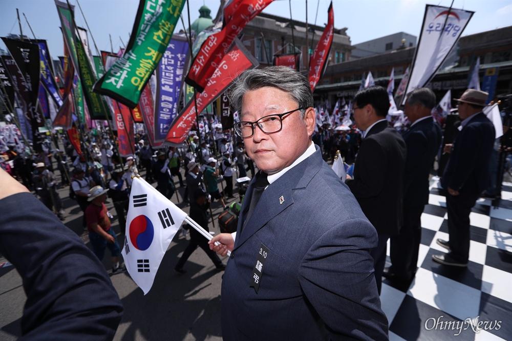 6일 오후 서울역 광장 앞에서 우리공화당 총동원령이 내려진 가운데 제 132차 태극기 집회가 열렸다.