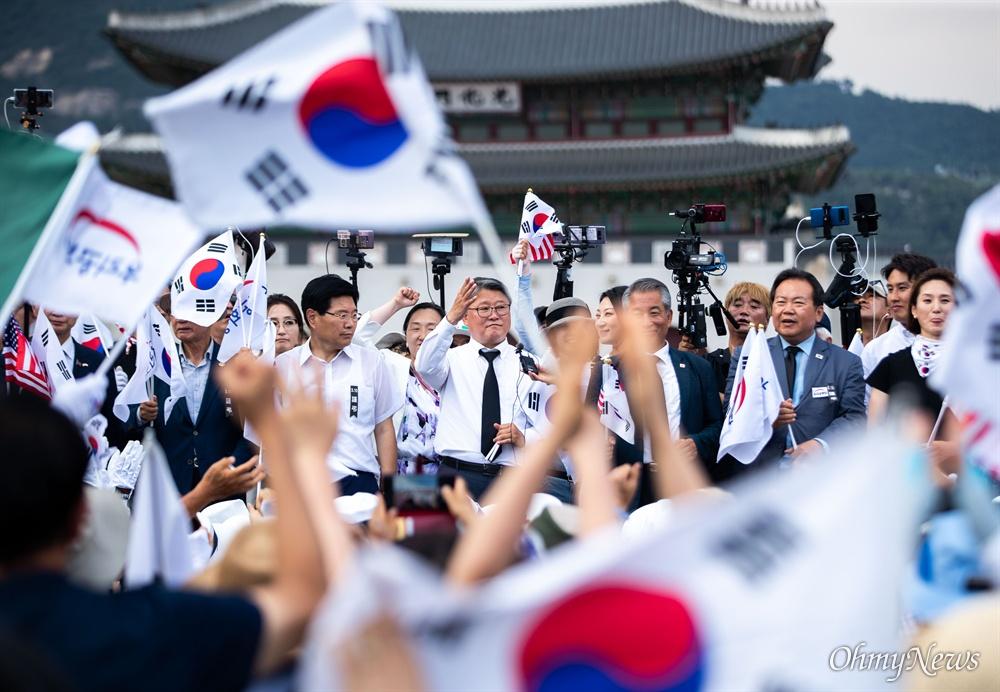 우리공화당 조원진, 홍문종 공동대표와 당원들이 6일 오후 서울 광화문광장에서 태극기 집회를 마치고 천막을 다시 설치한 후 광장을 행진하고 있다.