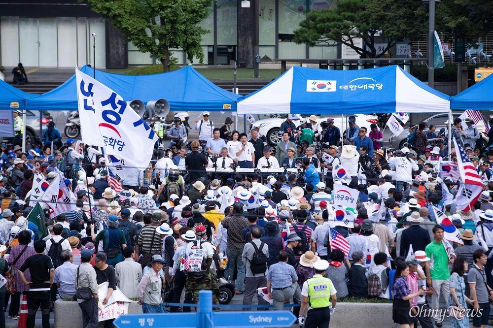 우리공화당 조원진, 홍문종 공동대표와 당원들이 6일 오후 서울 광화문광장에서 태극기 집회를 마치고 천막을 다시 설치한 후 팟캐스트를 진행하고 있다.