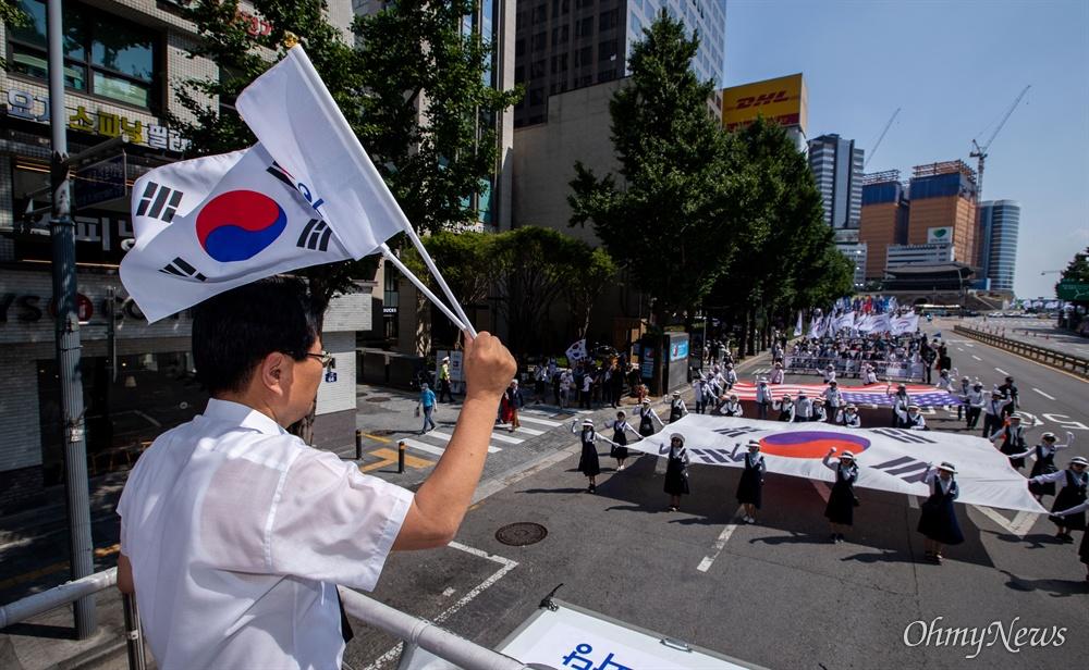 우리공화당 조원진, 홍문종 공동대표와 당원들이 6일 오후 서울 광화문광장에서 2차 태극기 집회를 열고 있다.