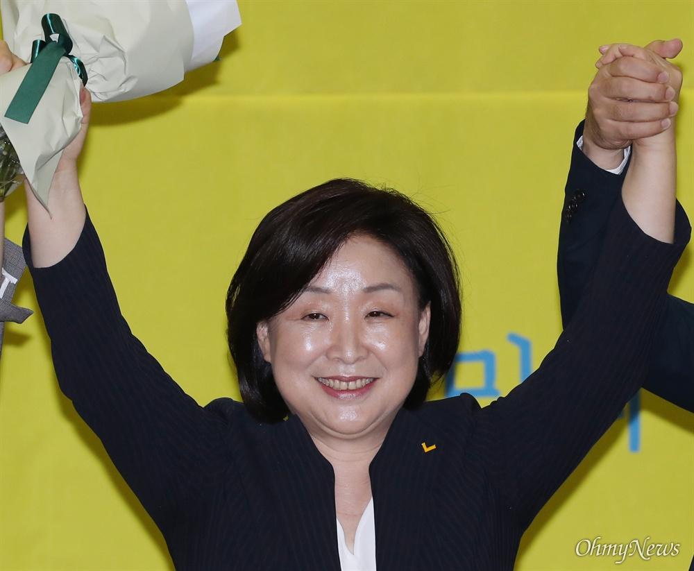 압도적 지지로 당선된 심상정 심상정 정의당 의원이 13일 오후 서울 여의도 국회 의원회관에서 열린 제5기 정의당 대표단 선출 보고대회에서 차기 당 대표로 선출된 후 당원들을 향해 인사하고 있다.