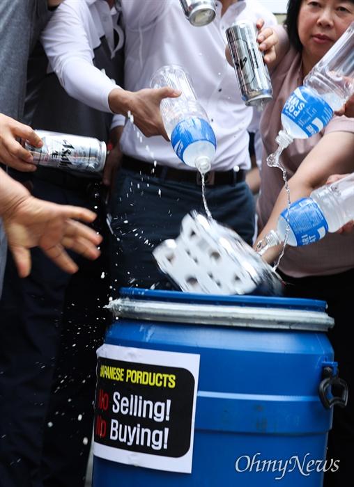 서울상인연합회, 한국마트협회 등 중소상인 자영업자 단체 회원들이 15일 오전 서울 종로구 일본대사관 인근에서 일본제품 판매 중단 확대 기자회견을 열고 일본산 제품을 처분하는 퍼포먼스를 하고 있다.