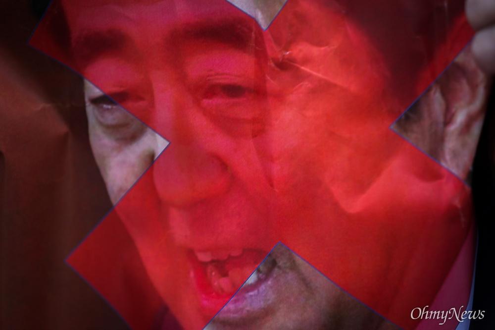 아베와 맞선 상인들 서울상인연합회, 한국마트협회 등 중소상인 자영업자 단체 회원들이 15일 오전 서울 종로구 일본대사관 인근에서 일본제품 판매 중단 확대 기자회견을 열고 붉은 엑스 표를 한 아베 일본 총리의 사진을 들고 있다.