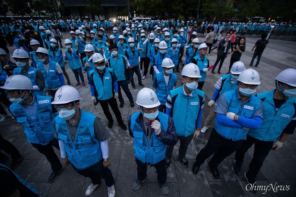 16일 오전 서울 광화문광장에서 우리공화당 불법천막을 강제철거하기 위해 서울시 관계자들과 용역업체 철거반이 대기하고 있다.