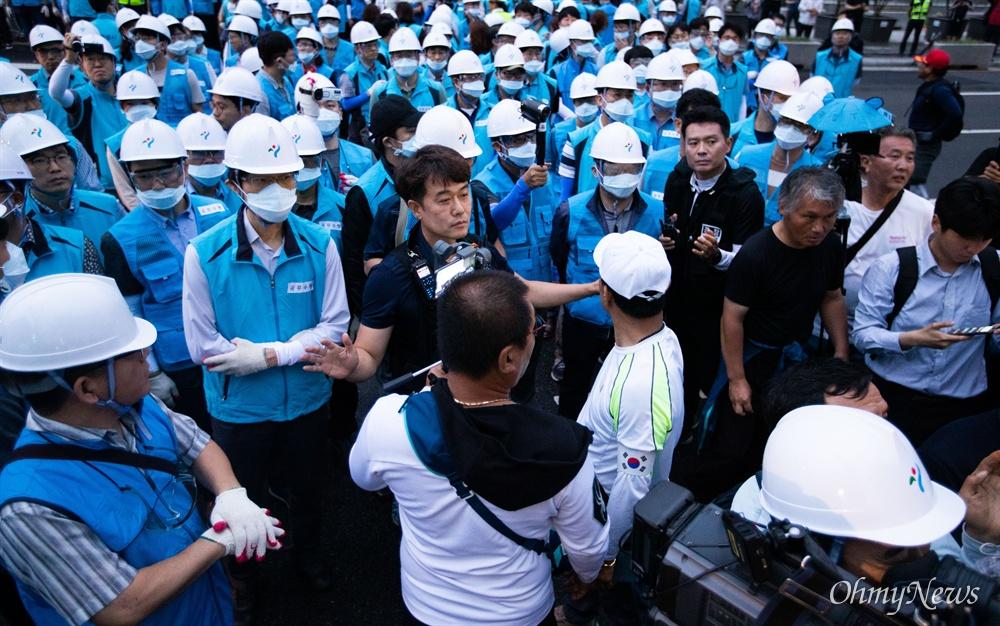 16일 오전 서울 광화문광장 맞은편에서 강제철거 공지를 하는 서울시 관계자를 향해 우리공화당 당원들이 거칠게 항의를 하자 경찰이 막아서고 있다.