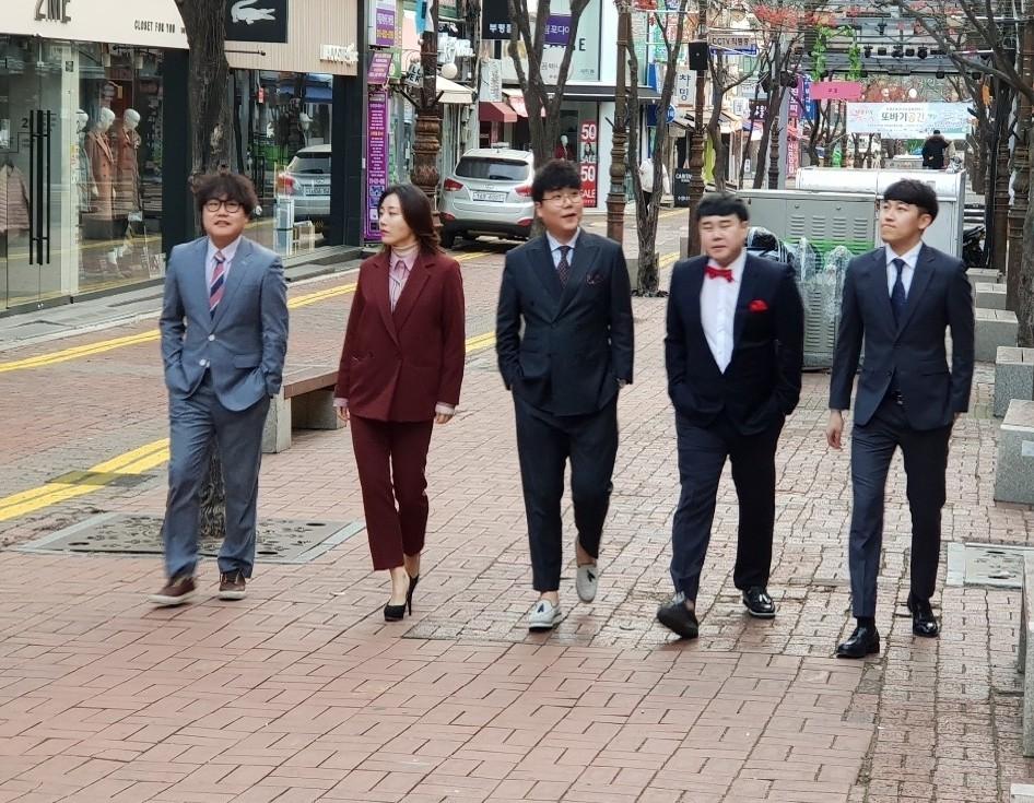 왼쪽부터 개그맨 홍현호, 박은영, 송필근, 윤승현, 이윤석씨.