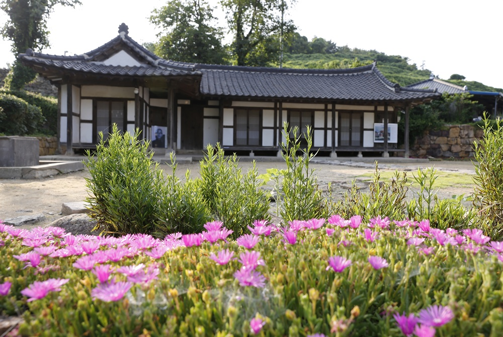 안좌도 읍동마을에 있는 서양화가 수화 김환기의 생가. 국가지정문화재 제251호로 지정돼 있다.