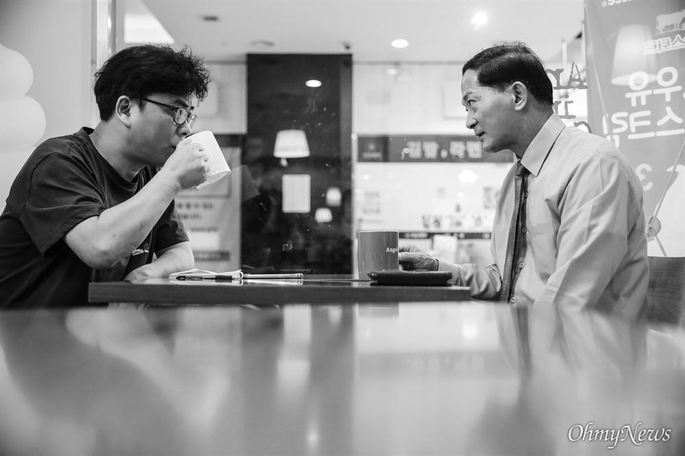 주엽동 서현프라자 소메르뷔페에서 진행된 고양·파주여성민우회 22주년 재정 행사. 예상보다 일정이 빨리 끝나 건물 1층에 있는 커피숍에서 이재준 시장과 인터뷰를 이어나갔다.