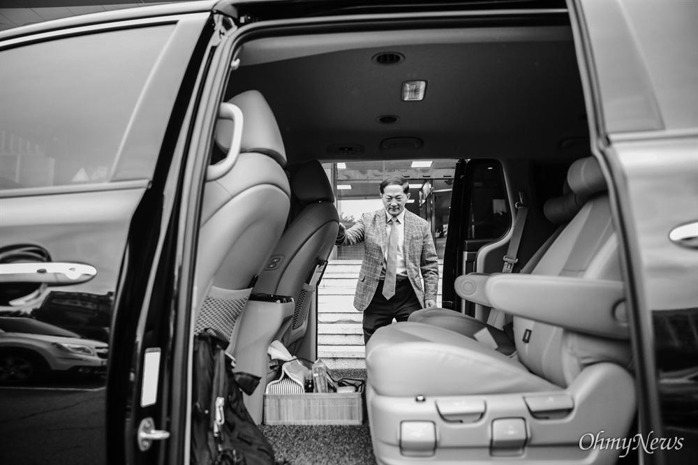 이재준 시장이 타는 관용차는 2019년식 7인승 검정색 카니발. 운전은 이창용 회계과 직원이 맡았다.
