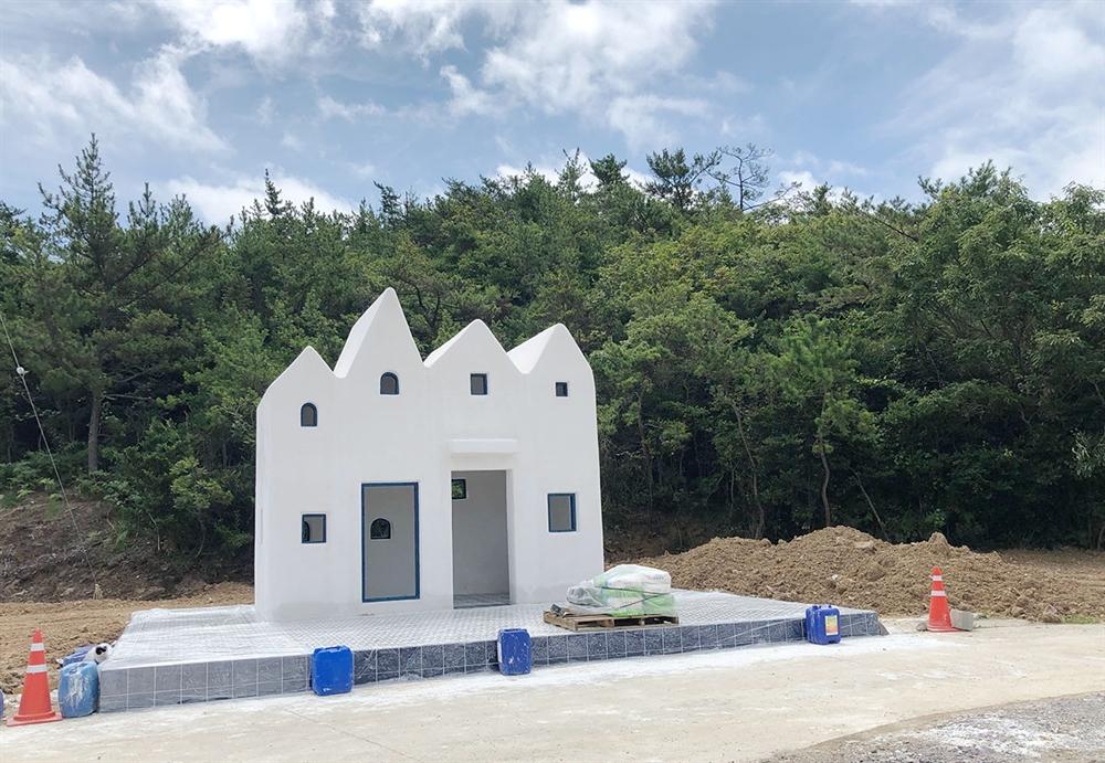 소악도 선착장 근처에 있는 설치되고 있는 작은 예배당.