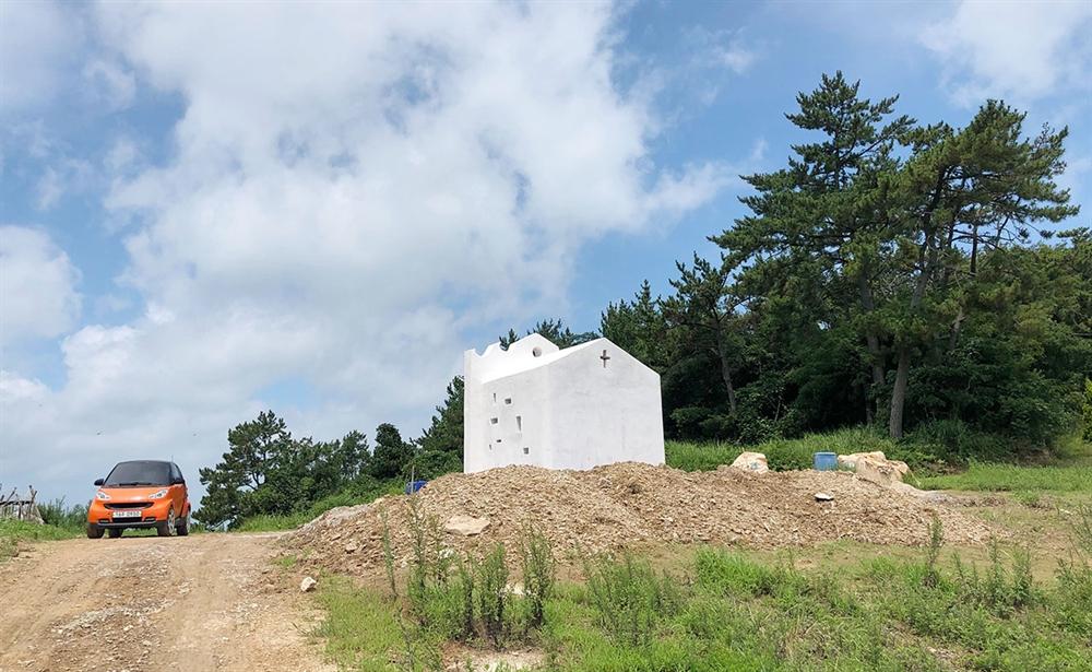 야트막한 마을 동산에 키 낮게 자리잡은 작은 예배당. 이곳은 사람에 따라서 암자이자 공소이며 기도소이고 성소이자 쉼터일 것이다.