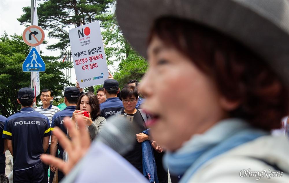 엄마부대 주옥순 대표와 회원들이 8일 오전 서울 종로구 옛 일본대사관 앞에 설치된 소녀상 옆에서 일본에 대한 문재인 정부의 사과를 촉구하는 기자회견을 열고 있다. 바로 옆에선 일본 아베 정부를 규탄하는 일인시위가 동시에 열렸다.