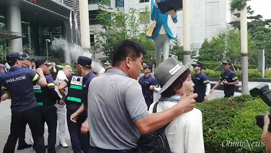 8일 오전 서울 종로구 옛 주한일본대사관 앞에서 엄마부대 주옥순 대표가 자신을 반대하는 시민에게 밀가루 세례를 받았다. 양쪽 모두 경찰이 제지하고 있던 터라 주 대표는 밀가루에 맞진 않았다.